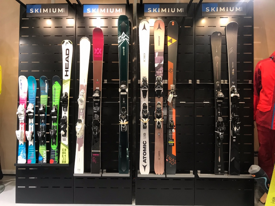 Skimium skis shoes displays 3