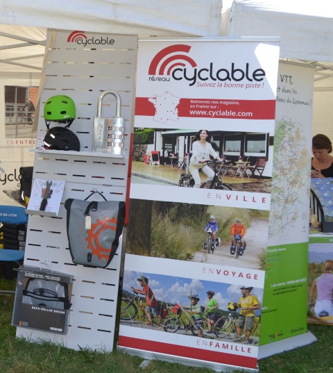 Cyclable cycle accessories displays